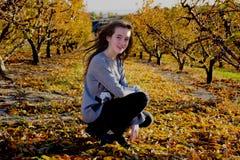 Het mooie jonge vrouw stellen op een de herfstgebied Zonnige dag Roodharig tiener stock afbeelding