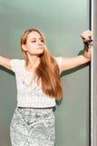Het mooie jonge vrouw stellen in zonlicht Royalty-vrije Stock Fotografie