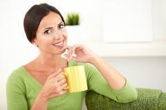 Het mooie jonge vrouw toothy glimlachen bij de camera Stock Afbeelding