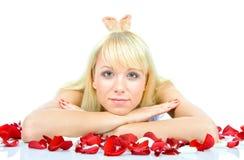 Het mooie jonge vrouw werpen nam bloemblaadjes toe royalty-vrije stock afbeelding