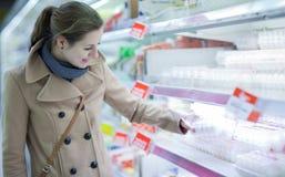 Het mooie jonge vrouw winkelen Stock Foto's