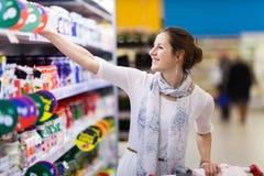 Het mooie jonge vrouw winkelen Royalty-vrije Stock Afbeeldingen