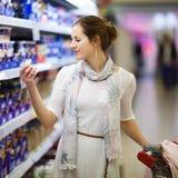 Het mooie jonge vrouw winkelen royalty-vrije stock afbeelding