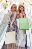 Het mooie jonge vrouwen winkelen. Royalty-vrije Stock Foto's