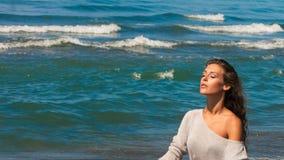 Het mooie jonge vrouwenportret geniet van in zon en overzeese lucht op strand gesloten ogen ontspannend de zomer royalty-vrije stock fotografie