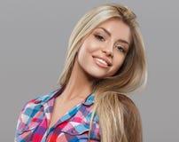 Het mooie jonge vrouwenportret stellen aantrekkelijk met verbazend lang blondehaar Stock Foto's