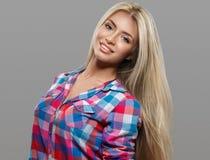 Het mooie jonge vrouwenportret stellen aantrekkelijk met verbazend lang blondehaar Royalty-vrije Stock Afbeeldingen