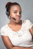 Het mooie jonge zwarte call centreagent spreken Stock Foto