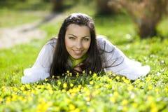 Het mooie Kaukasische meisje stellen in gras Royalty-vrije Stock Afbeeldingen