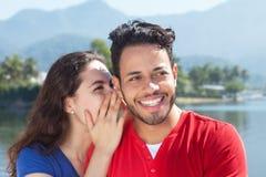 Het mooie Kaukasische paar in vakantie heeft een geheim royalty-vrije stock fotografie