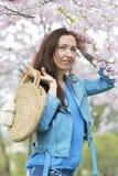 Het mooie Mooie Kaukasische Vrouw Bevindende Stellen op de Achtergrond van de Bloeiende Kers van Japan stock fotografie