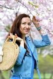 Het mooie Mooie Kaukasische Vrouw Bevindende Stellen op de Achtergrond van de Bloeiende Kers van Japan stock afbeelding