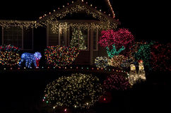 Het mooie Kerstmislichten van het huishuis aansteken stock foto