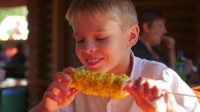 Het mooie kind eet gekookt graan stock video