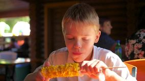 Het mooie kind eet gekookt graan stock footage