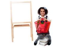 Het mooie kind stellen met mand Stock Afbeelding