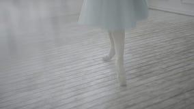 Het mooie Klassieke Ballet van Performs Elements Of van de Meisjesdanser in het Zolderontwerp Het vrouwelijke balletdanser dansen stock footage