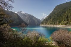 Het mooie kleurenmeer en de omringende bergen Stock Afbeelding