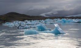Het mooie koude dramatische beeld van het zonsonderganglandschap van de Ijslandse baai van de gletsjerlagune IJsland, Jokulsarlon stock foto's