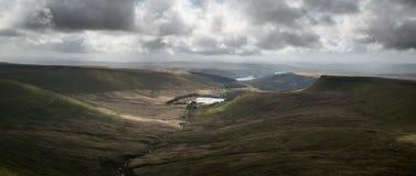 Het mooie landschap van Brecon bebakent Nationaal Park met humeurig s Royalty-vrije Stock Afbeelding
