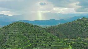 Het mooie Landschap van de Berg Zonstralen die op heuvels glanzen De zegen van de god ter wereld stock video