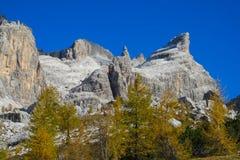 Het mooie landschap van de de bergen gele herfst van Dolomietalpen rotsachtige Royalty-vrije Stock Foto's