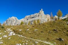 Het mooie landschap van de de bergen gele herfst van Dolomietalpen rotsachtige Stock Afbeelding