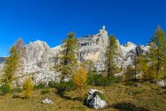 Het mooie landschap van de de bergen gele herfst van Dolomietalpen rotsachtige Royalty-vrije Stock Fotografie
