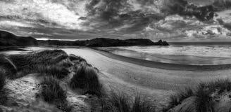 Het mooie landschap van de de Zomerzonsopgang over geel zandig strand blac Royalty-vrije Stock Foto's