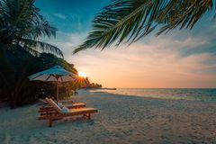 Het mooie landschap van het het eilandstrand van de Maldiven Stoelen en paraplu voor de zomervakantie en vakantieachtergrond Exot Stock Afbeelding