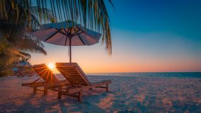Het mooie landschap van het het eilandstrand van de Maldiven Stoelen en paraplu voor de zomervakantie en vakantieachtergrond Exot Royalty-vrije Stock Foto's