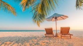Het mooie landschap van het het eilandstrand van de Maldiven Stoelen en paraplu voor de zomervakantie en vakantieachtergrond Exot Stock Foto's