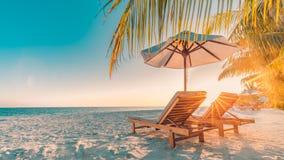 Het mooie landschap van het het eilandstrand van de Maldiven Stoelen en paraplu voor de zomervakantie en vakantieachtergrond Exot Stock Foto