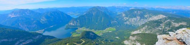 Het mooie landschap van het de zomerpanorama met bergen en rivier royalty-vrije stock foto