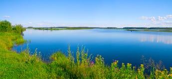 Het mooie landschap van het de zomerwater stock fotografie