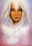 Het mooie luchtpenseel schilderen van een jong meisjes engelachtig gezicht met royalty-vrije stock afbeelding