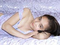 Het mooie maken jonger meisje in bed kijken Stock Fotografie