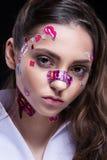 Het mooie maniermeisje met luxe professionele make-up en de grappige emojistickers lijmden op het gezicht royalty-vrije stock afbeelding