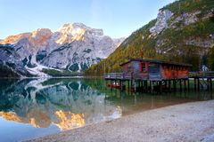 Het het mooie meer en huis van Braies op de achtergrond van Seekofel-berg in Dolomiet Pragser Wildsee stock foto