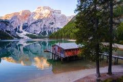Het het mooie meer en huis van Braies op de achtergrond van Seekofel-berg Pragser Wildsee stock fotografie