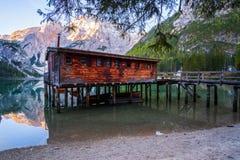 Het het mooie meer en huis van Braies op de achtergrond van Seekofel-berg Pragser Wildsee stock foto's