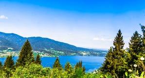 Het mooie meer Tegernsee sourrounded door bergen in Beieren - G stock afbeeldingen