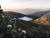 Het mooie meer van het meeresperance van de zonsondergangmening hartz piek in de berg van Tasmanige royalty-vrije stock foto
