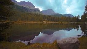 Het mooie meer van San Pellegrino dat op het bos en op de bergen in het water wijst stock footage