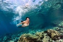 Het mooie Meermin zwemmen onderwater in het diepe blauwe overzees Royalty-vrije Stock Afbeeldingen