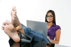 Het mooie meisje bestuderen Stock Foto