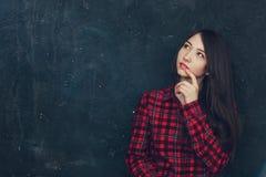 Het mooie meisje bevindt zich dichtbij de muur Royalty-vrije Stock Foto