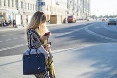 Het mooie meisje bevindt zich dichtbij de weg Royalty-vrije Stock Afbeelding