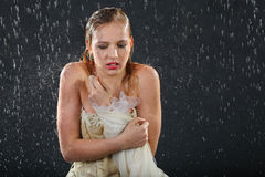 Het mooie meisje bevriest in regen Stock Afbeelding