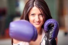 Het mooie meisje in bokshandschoenen Stock Afbeeldingen